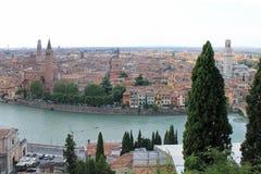 维罗纳意大利全景以老镇和塔的红色屋顶的为目的 库存照片