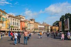 维罗纳,意大利- 2017年9月:走在维罗纳竞技场美丽的老街道附近的人们在维罗纳的市中心在beautif期间 库存图片