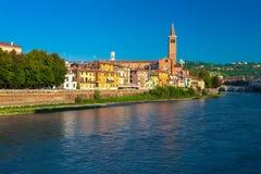 维罗纳,意大利2016年9月08日:与阿迪杰河,圣诞老人阿纳斯塔西娅` s教会钟楼的早晨风景  免版税库存照片