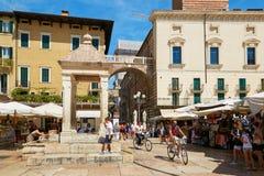 维罗纳,意大利- 2017年8月17日:喷泉称维罗纳的玛丹娜有饮用水的在正方形 免版税库存照片