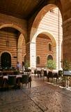 维罗纳,意大利- 2017年8月17日:在城堡的内在庭院的曲拱的下餐馆 图库摄影