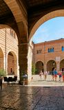 维罗纳,意大利- 2017年8月17日:在城堡的内在庭院的曲拱的下餐馆 免版税库存图片