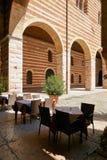 维罗纳,意大利- 2017年8月17日:在城堡的内在庭院的曲拱的下餐馆 免版税库存照片