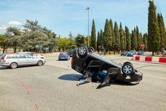 维罗纳,意大利- 2017年8月17日:在维罗纳街道交叉路的车祸  被弄翻的汽车 免版税图库摄影
