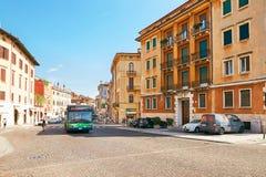 维罗纳,意大利- 2017年8月17日:在街道的公开公共汽车在维罗纳 免版税图库摄影