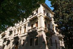 维罗纳,意大利- 2017年8月17日:大厦的美丽的门面在维罗纳街的 免版税库存照片