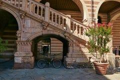 维罗纳,意大利- 2017年8月17日:广场丹特在维罗纳 在正方形和但丁・阿利吉耶里附近雕象的宫殿  免版税图库摄影
