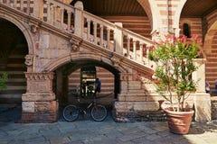 维罗纳,意大利- 2017年8月17日:广场丹特在维罗纳 在正方形和但丁・阿利吉耶里附近雕象的宫殿  免版税库存图片