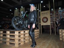 维罗纳,意大利- 2018年1月20日:开汽车自行车商展,摆在为摄影师的女孩在商展期间 库存图片