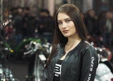 维罗纳,意大利- 2018年1月20日:开汽车自行车商展,摆在为摄影师的秀丽女主人在商展期间 免版税库存图片