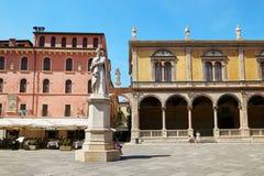 维罗纳,意大利- 2017年8月17日:维罗纳广场有丹特雕象的dei绅士 免版税库存图片