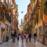 维罗纳,意大利- 2018年5月06日:老城市的街道 步行的一个普遍的地方游人的 游人走  免版税库存图片