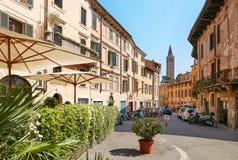 维罗纳,意大利- 2017年8月17日:舒适夏天街道咖啡馆 外部设计 图库摄影