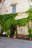 维罗纳,意大利- 2017年8月17日:舒适夏天街道咖啡馆 外部设计 免版税图库摄影