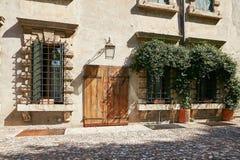 维罗纳,意大利- 2017年8月17日:舒适夏天街道咖啡馆 外部设计 库存照片