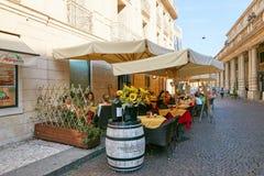 维罗纳,意大利- 2017年8月17日:舒适夏天街道咖啡馆 外部设计 库存图片