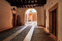 维罗纳,意大利- 2017年8月17日:通过到大厦的庭院在曲拱下 库存图片