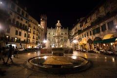 维罗纳,意大利2013年7月17日 玛丹娜的雕象广场delle的Erbe在晚上威尼托 免版税库存照片