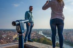 维罗纳,意大利- 10月02 :未知的游人在维罗纳享受在维罗纳的看法2017年10月02日 库存照片