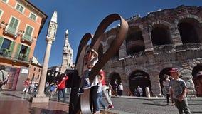 维罗纳;竞技场;游人;旅游业;意大利;罗马;圆形剧场;爱城市;爱;莎士比亚;心脏;selfie;时间间隔;monum 股票录像