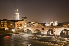 维罗纳- Pietra桥梁在晚上- Ponte Pietra和中央寺院塔和圣Giorgio教会 免版税库存图片