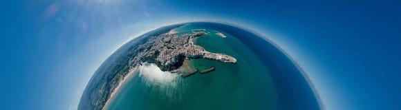 维耶斯泰普利亚市海在意大利寄生虫360 vr的海岸线蓝色 图库摄影