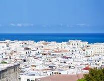 维耶斯泰, gargano, apulia,意大利地中海citi的白色房子  对旅行和旅游业概念 免版税库存图片