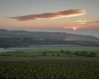 绵延山和绿色领域在鼓笛在日出 免版税库存图片