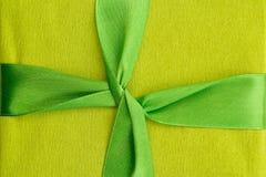 绿化与绿色缎丝带的礼物盒 库存照片
