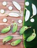 绿化切片培养的香蕉和片断在木和香蕉的 库存照片