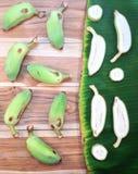 绿化切片培养的香蕉和片断在木和香蕉的 免版税库存照片