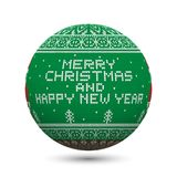 绿化在与北欧装饰品和题字的白色背景隔绝的被编织的圣诞节球:圣诞快乐和新年好 库存图片