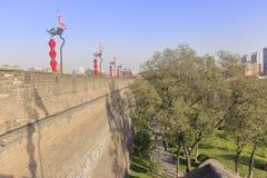 绿化在xian古城下,多孔黏土rgb墙壁  免版税库存照片