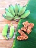 绿化耕种的香蕉和油煎的香蕉在木和香蕉le 免版税图库摄影