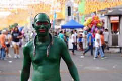 绿化被绘的人游行他的蛇复制品在镇庆祝期间尊敬赞助人圣保罗第一个隐士宴餐 免版税库存照片
