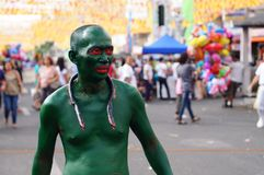 绿化被绘的人游行他的蛇复制品在镇庆祝期间尊敬赞助人圣保罗第一个隐士宴餐 免版税库存图片