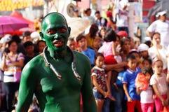 绿化被绘的人游行他的蛇复制品在镇庆祝期间尊敬赞助人圣保罗第一个隐士宴餐 图库摄影