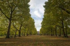 绿园伦敦大英国, 2017年10月16日 人们走在公园的,美好的秋天天 免版税库存图片
