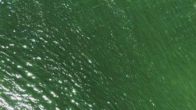 绿宝石闪耀的起波纹的河水表面 股票视频