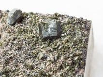 绿帘石关闭水晶在白色 免版税库存图片