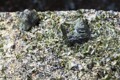 绿帘石水晶在岩石关闭的 免版税库存照片