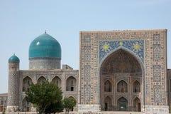 绿松石半球形的Tilla-Kori马德拉斯,撒马而罕,乌兹别克斯坦 免版税库存照片
