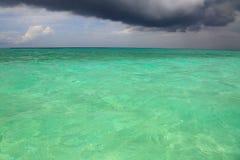 绿松石印度洋和深灰雷云水表面华美的自然视图  马尔代夫 库存照片