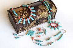 绿松石和红色croal项链与古色古香的礼物盒 图库摄影