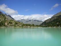 绿松石山湖美好的风景在阿尔泰 库存图片