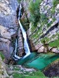 绿松石放出在岩石下的Savica秋天 免版税图库摄影