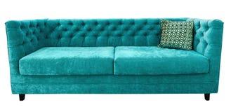 绿松石有枕头的velor沙发 软的鲜绿色长沙发 被隔绝的背景 免版税库存照片