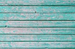 绿松石油漆在老木墙壁上崩裂了 免版税图库摄影