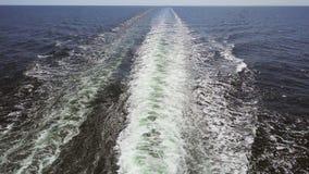 绿松石泡沫似的海英尺长度在迅速汽船后挥动 股票录像