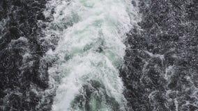 绿松石泡沫似的海英尺长度在迅速汽船后挥动 股票视频